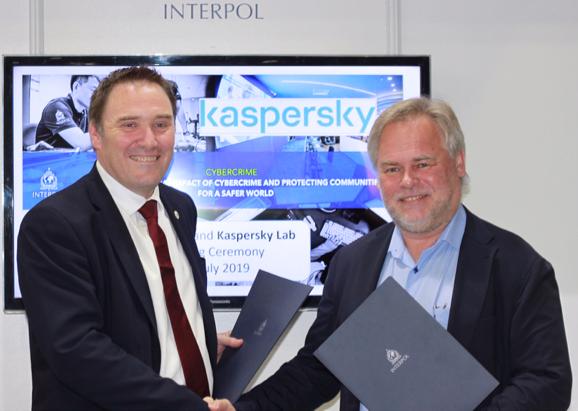 Craig Jones, Director de la Dirección de Cibercrimen en Interpol, y Eugene Kaspersky, CEO de Kaspersky